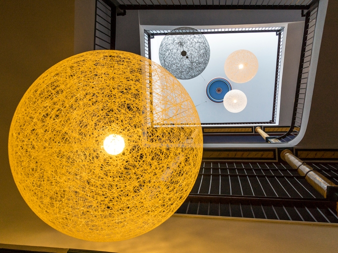 planetas y escalerasnos abstraen a un sistema planetario ficticio y verosimil.